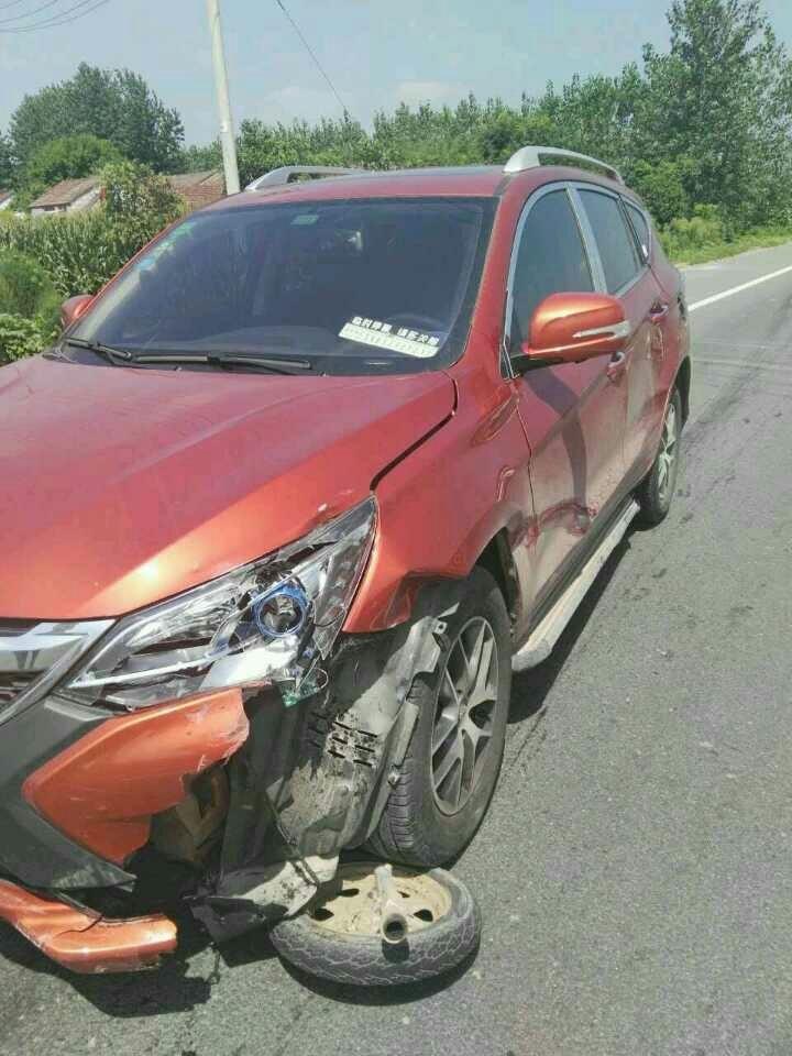 凯迪拉克srx撞车图片